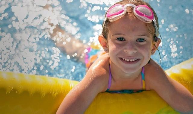 Hubněte v bazénu s protiproudem!